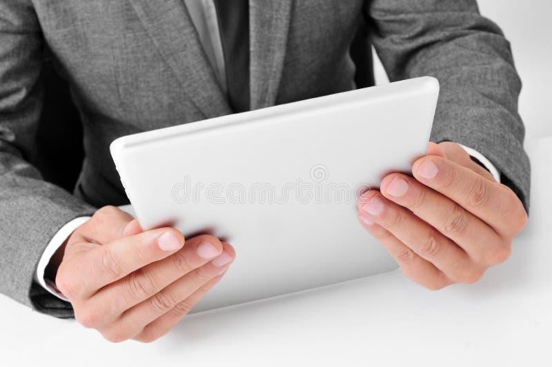Hombre de negocios usando un ordenador de la tablilla fotografía de archivo