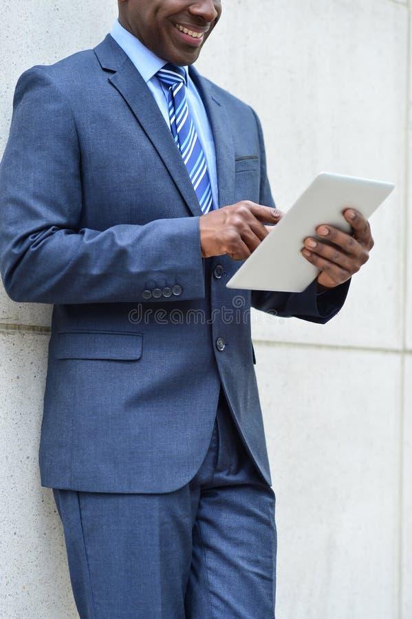 Hombre de negocios usando una PC de la tableta, al aire libre imagenes de archivo