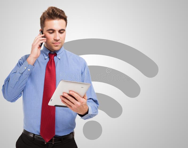 Hombre de negocios usando una tableta inalámbrica digital imagenes de archivo
