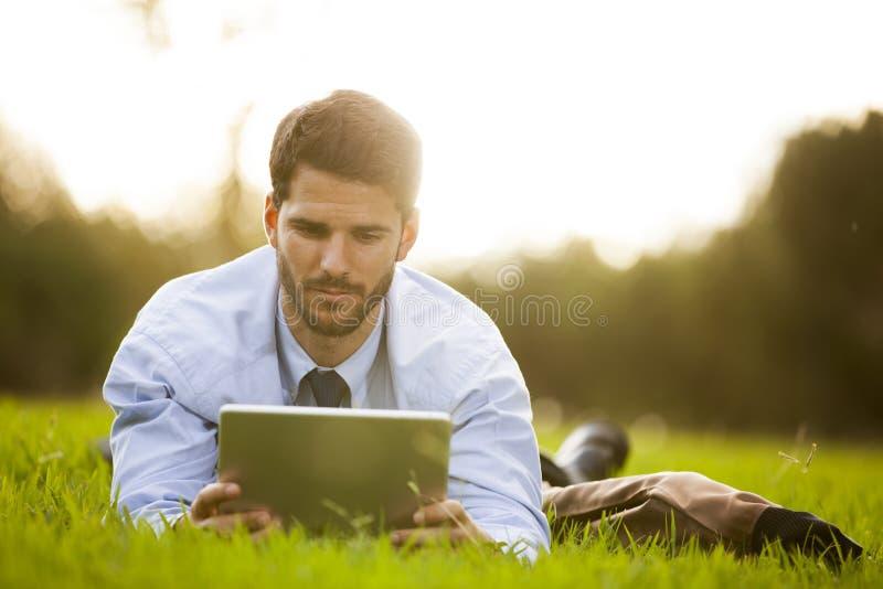 Hombre de negocios usando una tablilla digital foto de archivo libre de regalías