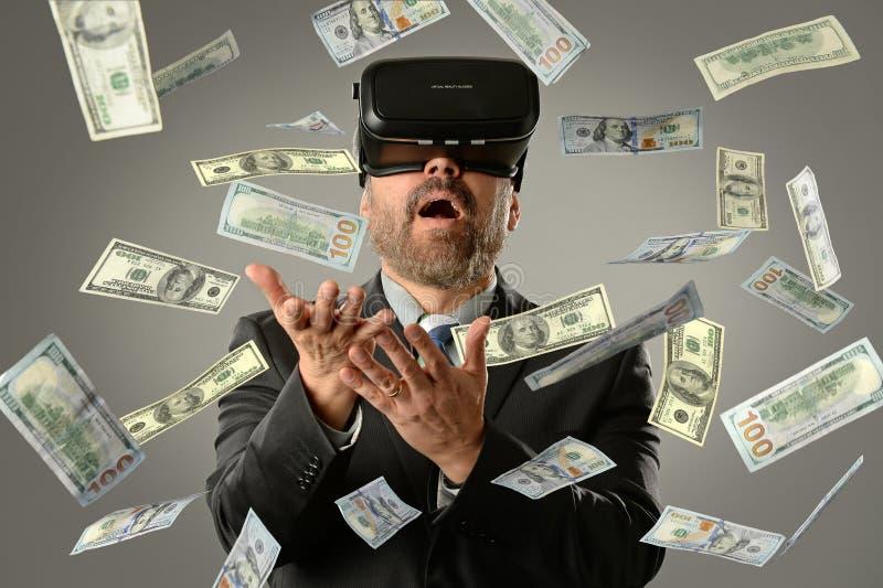 Hombre de negocios Using Virtual Reality que consigue el dinero imagen de archivo libre de regalías