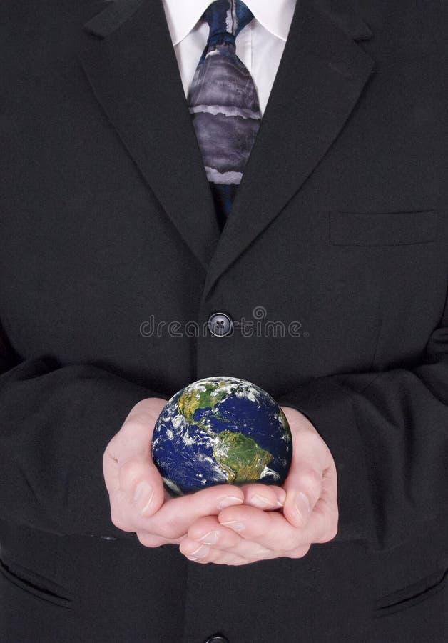 Hombre de negocios verde de la economía mundial del asunto que va imagenes de archivo