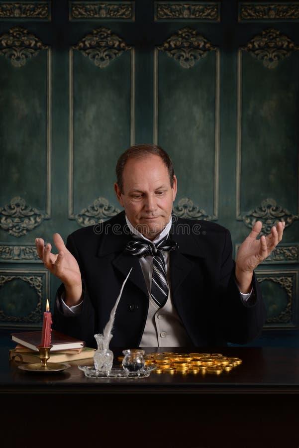 Hombre de negocios victoriano frustrado con el dinero fotos de archivo