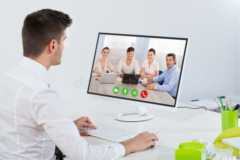 Hombre de negocios Videoconferencing With Colleagues imagenes de archivo