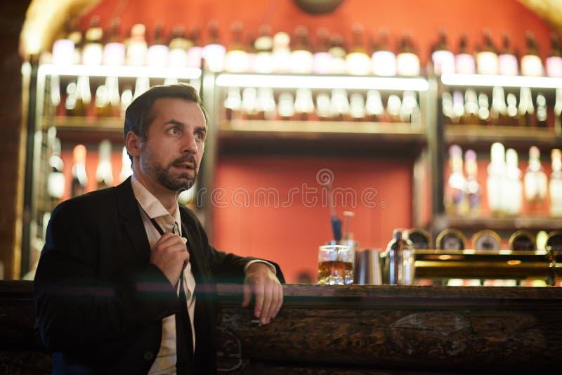 Hombre de negocios Waiting en barra imagenes de archivo