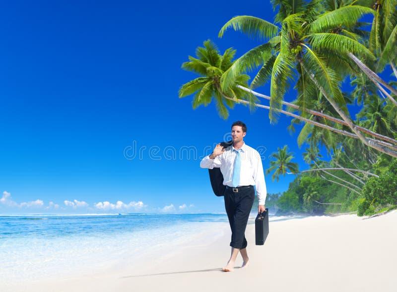 Hombre de negocios Walking Along el concepto tropical de la playa imagen de archivo