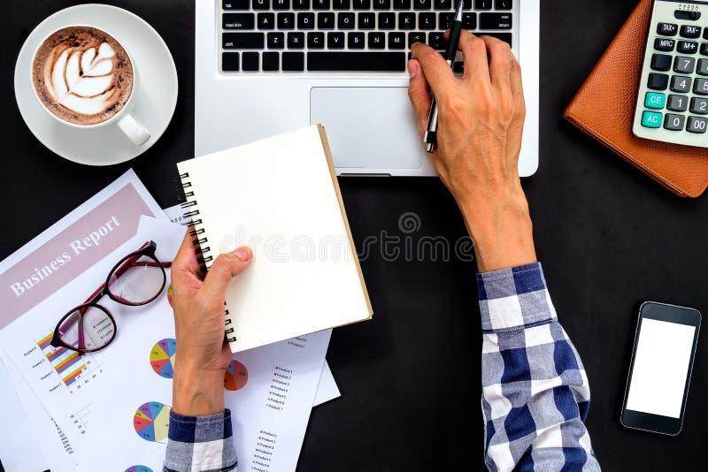 Hombre de negocios Working Laptop Connecting Networkin fotos de archivo libres de regalías