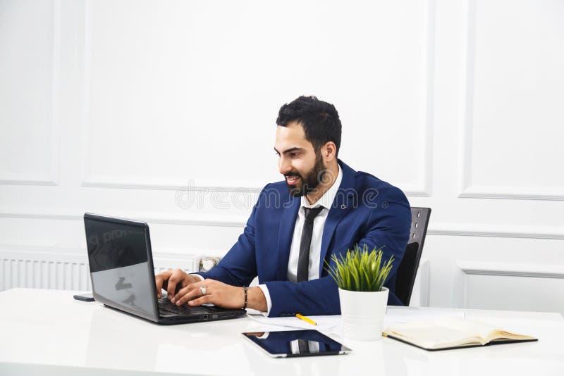 Hombre de negocios Works con el ordenador portátil imagen de archivo libre de regalías