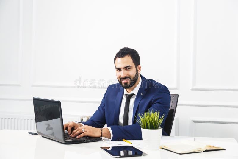 Hombre de negocios Works con el ordenador portátil imagenes de archivo