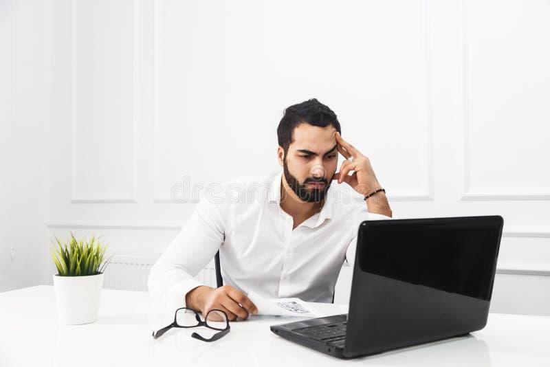 Hombre de negocios Works con el ordenador portátil foto de archivo