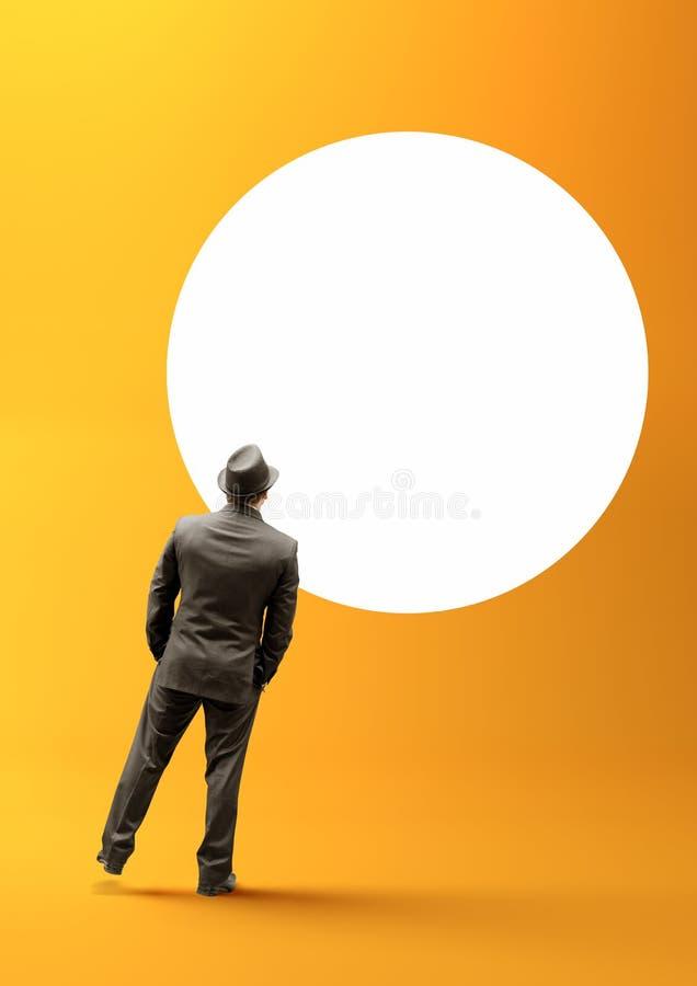 Hombre de negocios y círculo en blanco imagenes de archivo