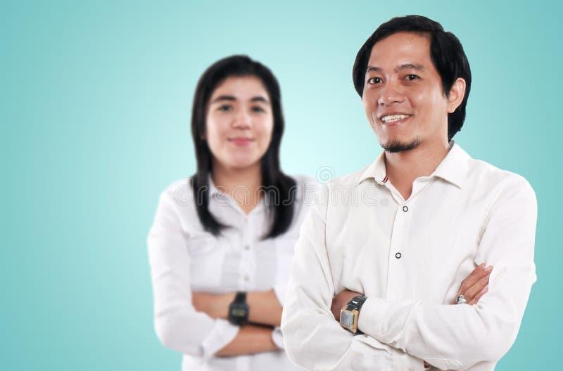 Hombre de negocios y empresaria asiáticos felices imágenes de archivo libres de regalías