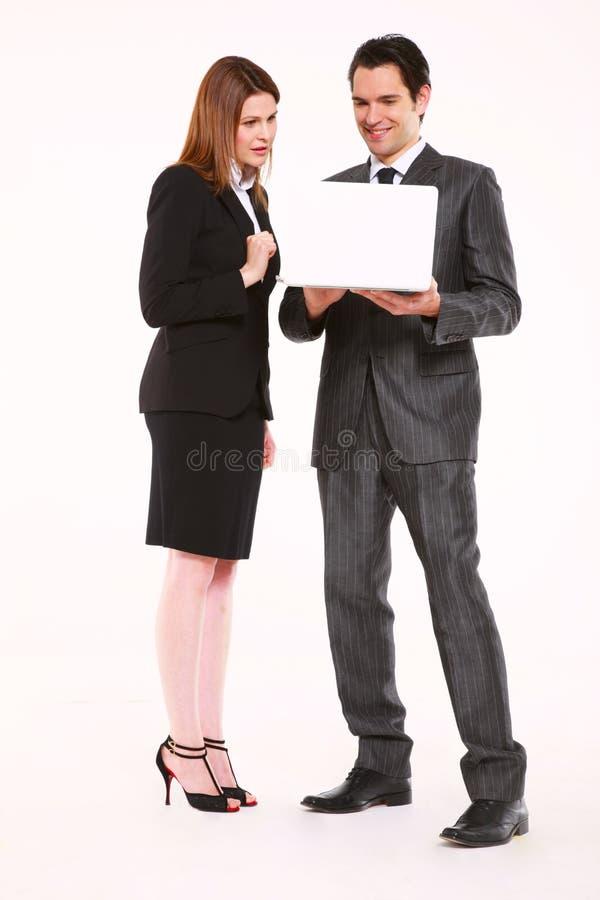 Hombre de negocios y empresaria con la computadora portátil fotografía de archivo libre de regalías