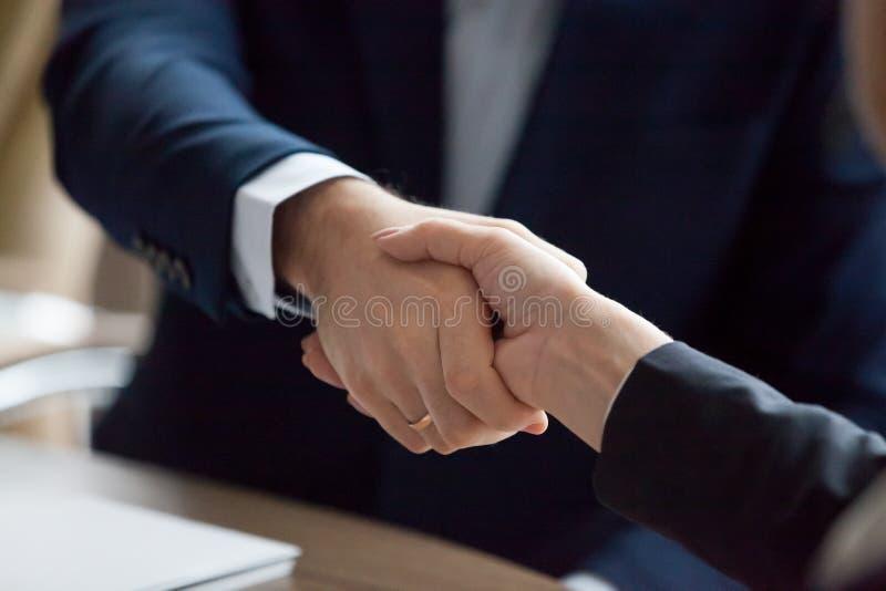 Hombre de negocios y empresaria en respecto del socio de la demostración del apretón de manos de los trajes, primer imágenes de archivo libres de regalías
