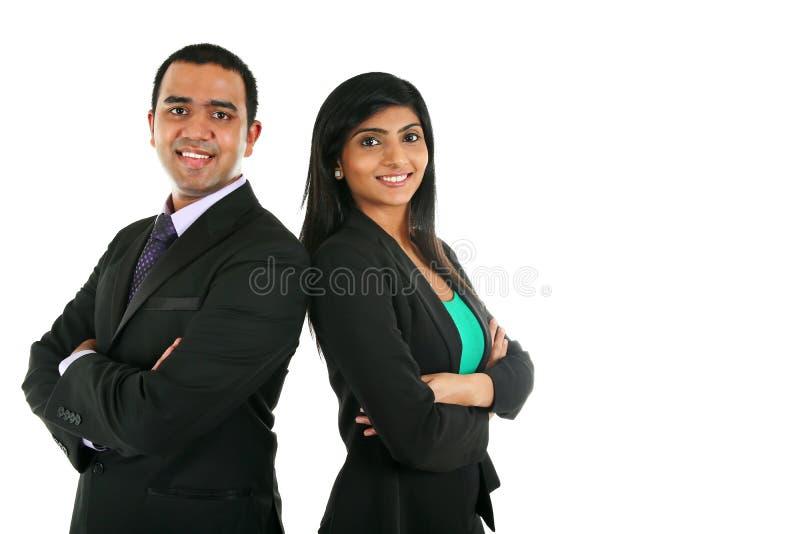 Hombre de negocios y empresaria indios asiáticos en el grupo que se coloca con las manos dobladas foto de archivo libre de regalías