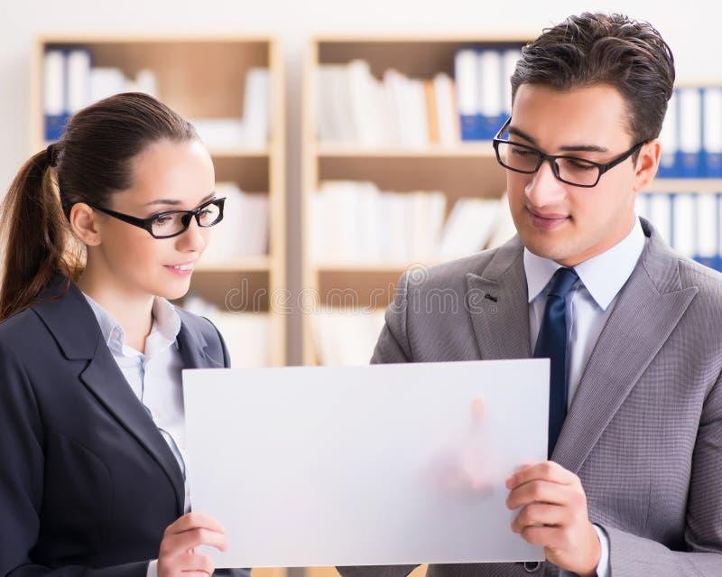 Hombre de negocios y empresaria que tienen discusi?n en oficina imágenes de archivo libres de regalías