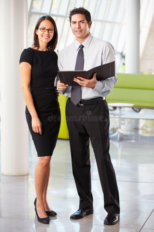 Hombre de negocios y empresarias que tienen reunión en oficina imagen de archivo libre de regalías