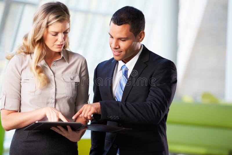 Hombre de negocios y empresarias que tienen reunión informal en oficina fotos de archivo