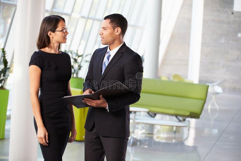Hombre de negocios y empresarias que tienen reunión informal en oficina fotos de archivo libres de regalías