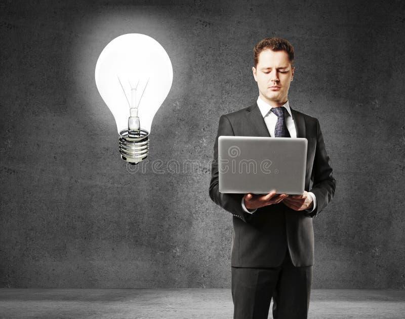 Hombre de negocios y lámpara imágenes de archivo libres de regalías