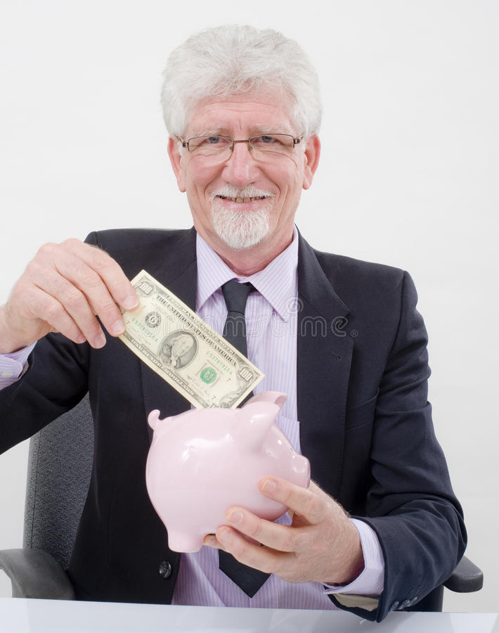 Hombre de negocios y piggybank mayores fotografía de archivo