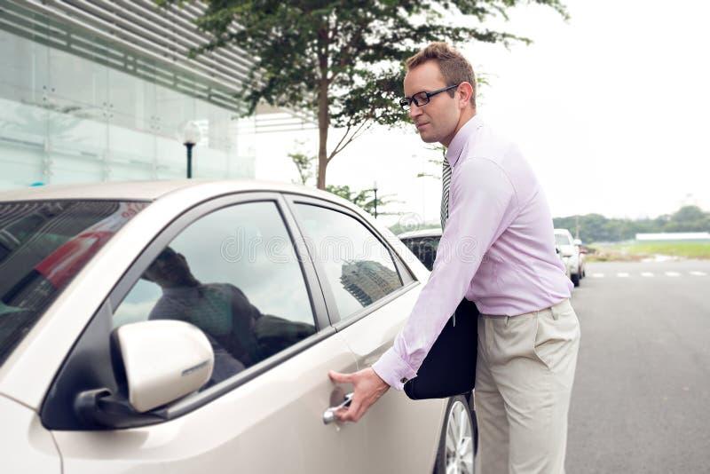 Hombre de negocios y su coche foto de archivo