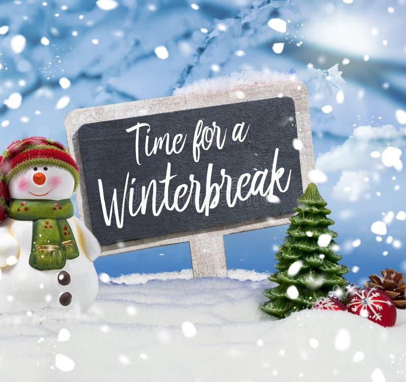 Hombre de nieve con pizarra y mensaje Tiempo para una pausa en invierno fotografía de archivo libre de regalías