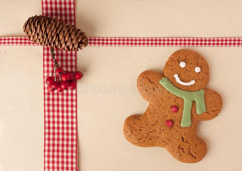 Hombre de pan de jengibre en fondo con estilo del día de fiesta foto de archivo libre de regalías