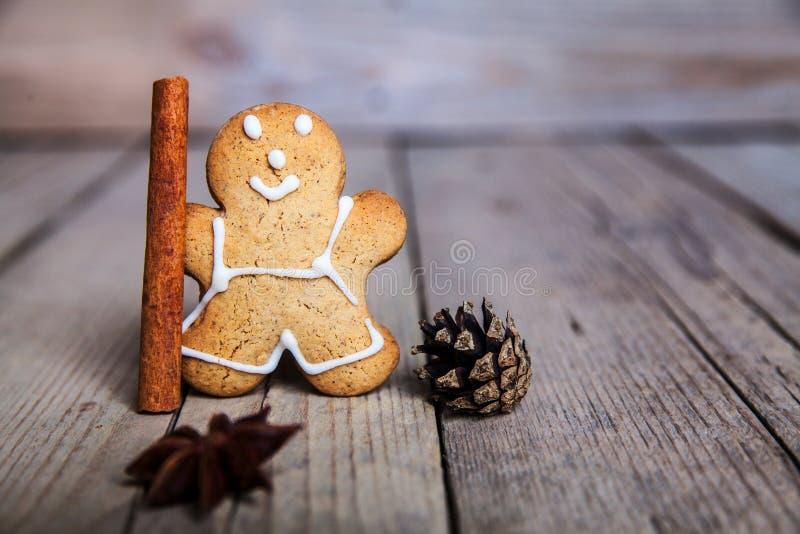 Hombre de pan de jengibre hecho en casa de la Navidad en fondo de madera fotos de archivo