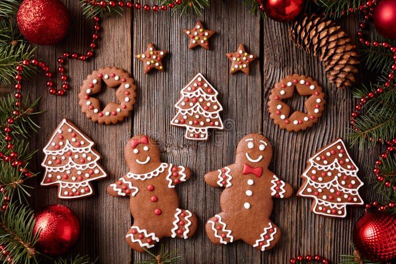 Hombre de pan de jengibre y mujer, abeto, estrellas, la Navidad imagenes de archivo