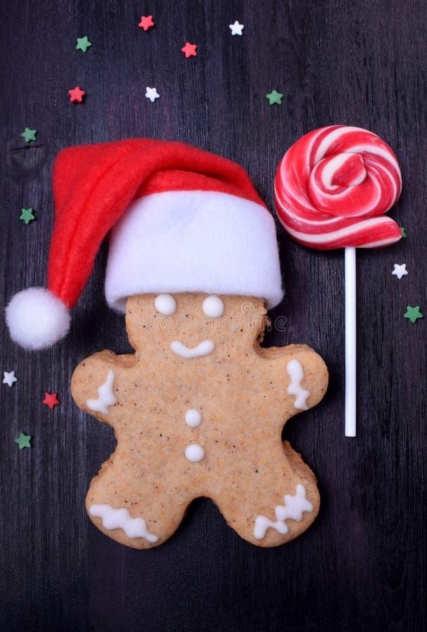Hombre de pan de jengibre de la Navidad que lleva un sombrero de Santa Claus fotos de archivo libres de regalías