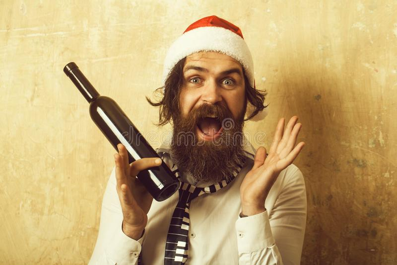 Hombre de Papá Noel con la botella de vino imágenes de archivo libres de regalías