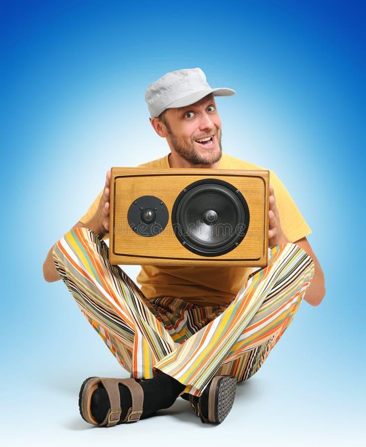 Hombre de partido con el altavoz de madera imagen de archivo libre de regalías