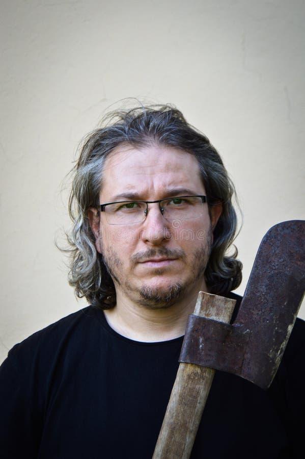 Hombre de pelo largo con el hacha fotos de archivo