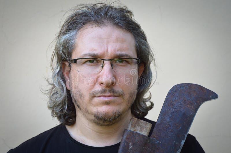Hombre de pelo largo con el hacha foto de archivo libre de regalías