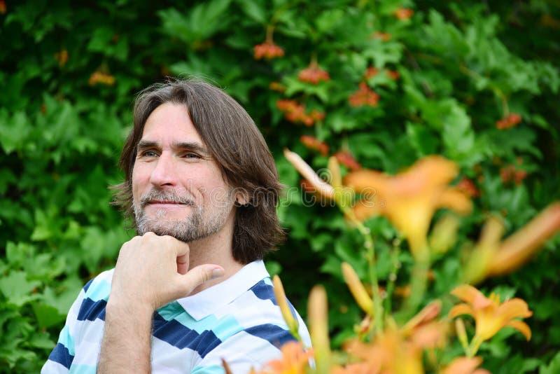 hombre de pelo oscuro con una barba en naturaleza fotografía de archivo libre de regalías