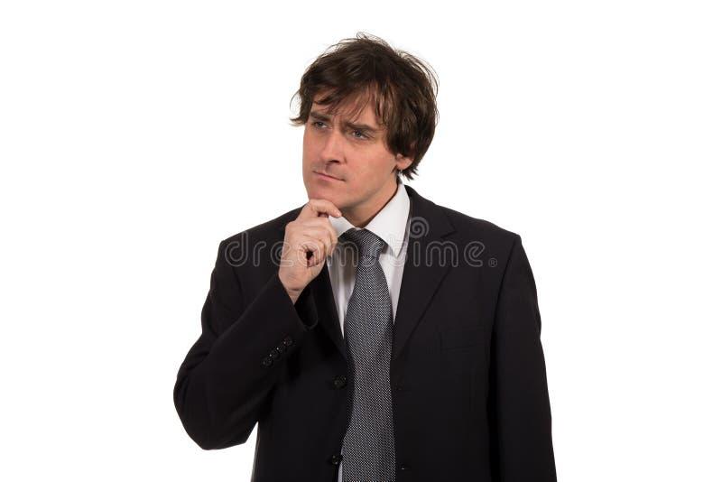 Hombre de pensamiento aislado en el fondo blanco Retrato del primer de un hombre de negocios pensativo joven ocasional que mira p foto de archivo