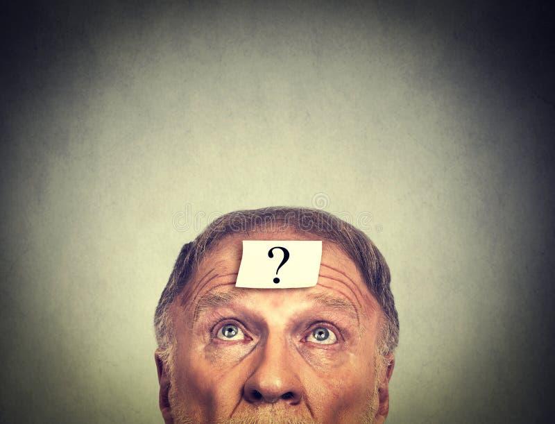 Hombre de pensamiento con el signo de interrogación fotos de archivo libres de regalías