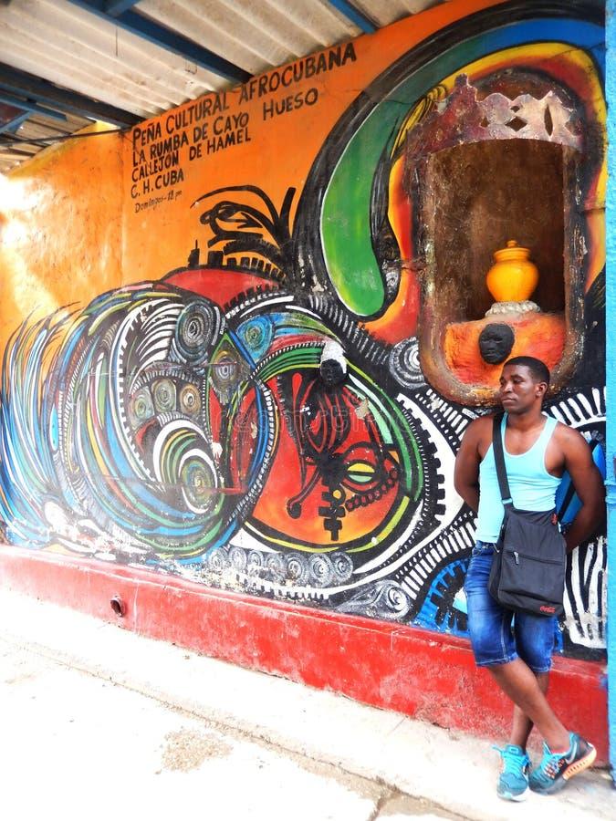 HOMBRE DE PENSAMIENTO EN EL CALLEJÓN DE HAMELÂ, LA HABANA, CUBA fotos de archivo