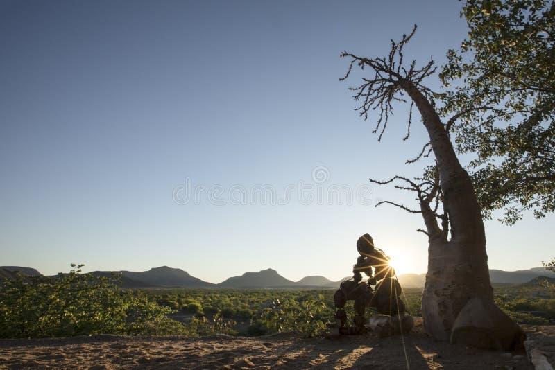 Hombre de piedra solitario del Kaokoland Comtemplaci?n de existencia m?rmol imagen de archivo