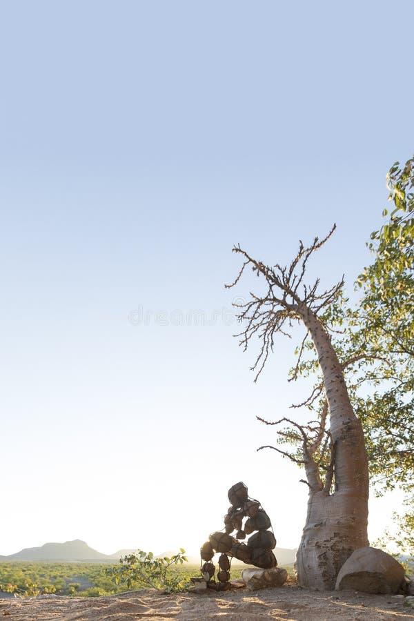 Hombre de piedra solitario del Kaokoland Comtemplaci?n de existencia m?rmol Kaokoland nafta fotografía de archivo