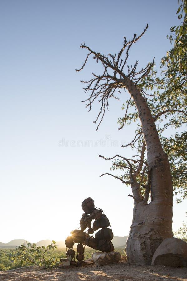 Hombre de piedra solitario del Kaokoland Comtemplaci?n de existencia m?rmol Kaokoland Regi?n de Kunene, Namibia imágenes de archivo libres de regalías
