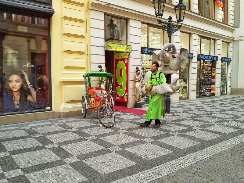 Hombre de publicidad de la calle en máscara de la muñeca del elefante fotografía de archivo libre de regalías