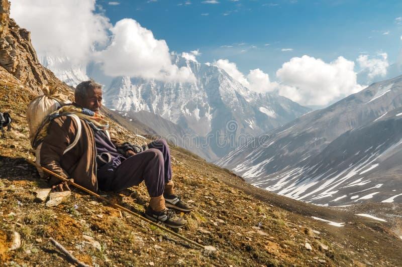 Hombre de reclinación en Nepal fotografía de archivo