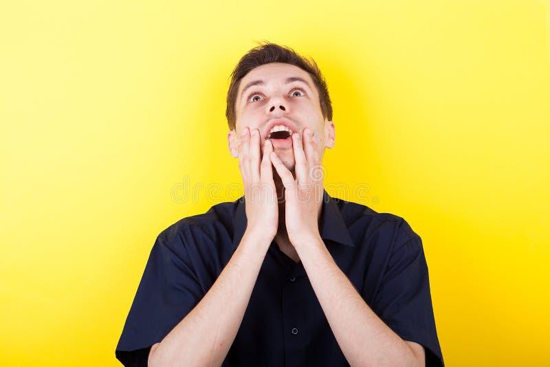 Hombre de Shoked con sus manos en la cara fotos de archivo libres de regalías