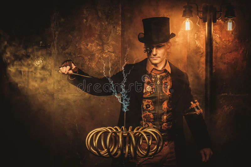 Hombre de Steampunk con la bobina de Tesla en fondo del steampunk del vintage imagenes de archivo