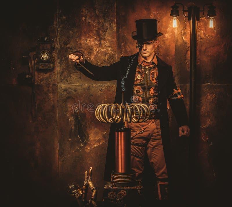 Hombre de Steampunk con la bobina de Tesla en fondo del steampunk del vintage fotos de archivo