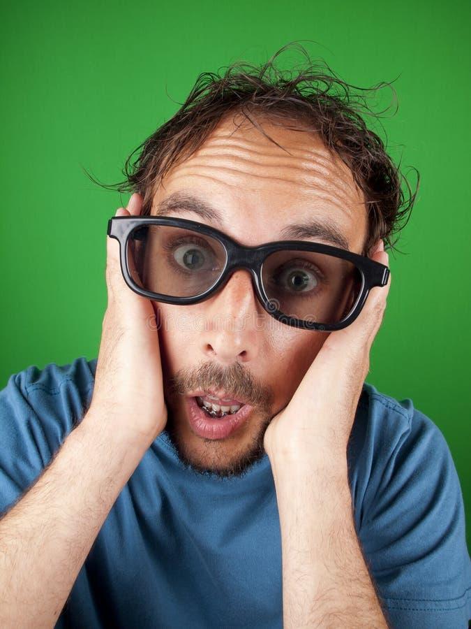 Hombre de treinta años con los vidrios 3d que mira una película imagen de archivo libre de regalías
