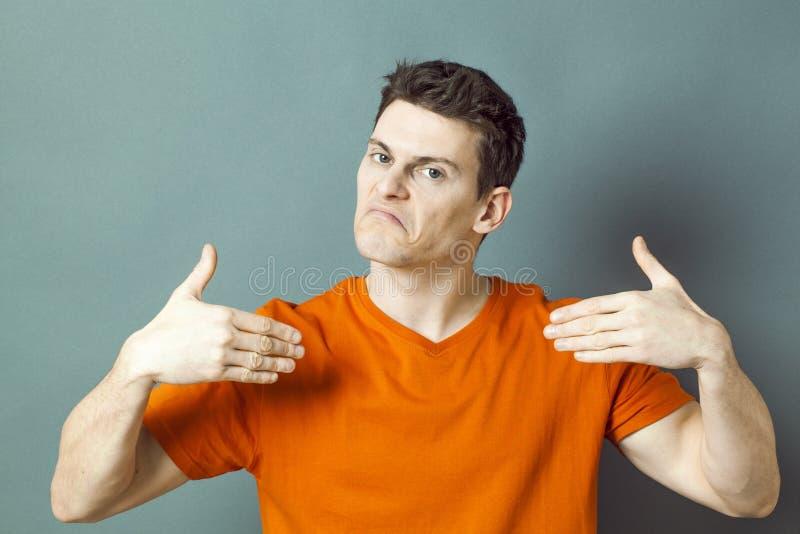 Hombre decepcionado que se muestra con las manos para el amor propio bajo imagenes de archivo