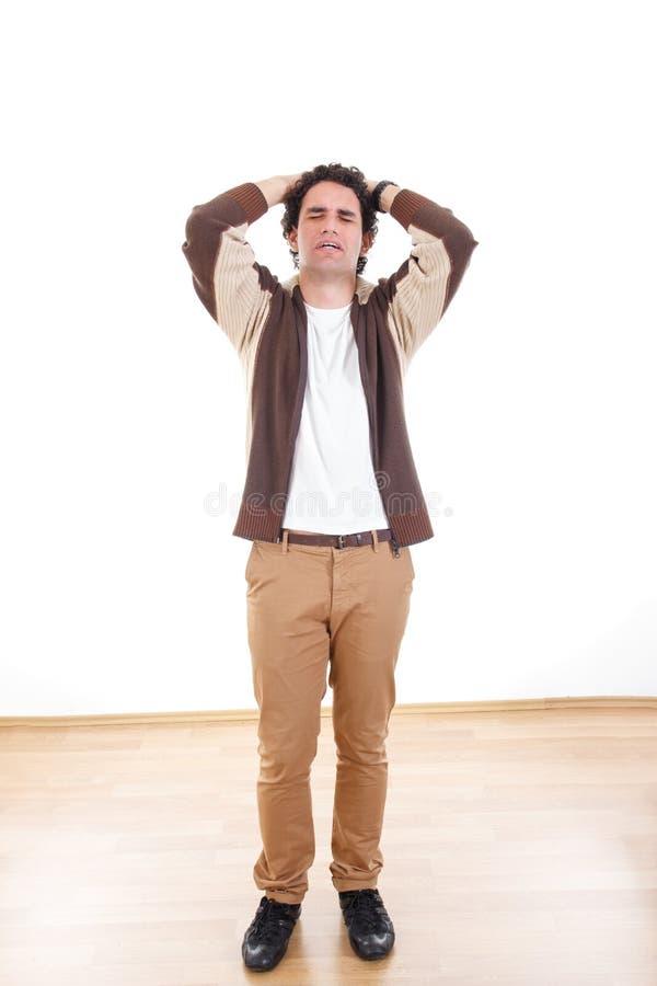 Hombre decepcionado triste con los problemas que tienen tensión que lleva a cabo la cabeza imagen de archivo